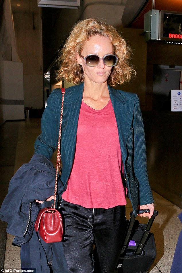 Ela não é diva: Transportando sua bagagem trolly, o Rio, Eu te amo atriz manteve tons de estilo anos setenta grandes sobre ela aparentemente make-up tez livre