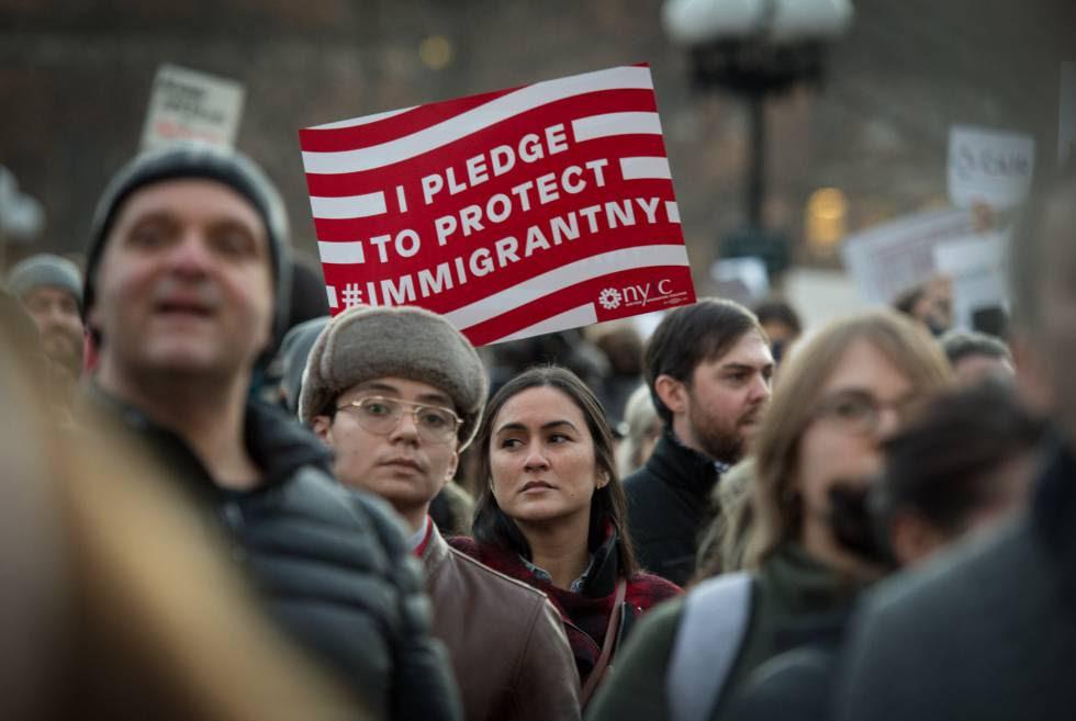 """Un cartel que dice: """"Prometo proteger a los inmigrantes"""", en la manifestación de Nueva York, el miércoles."""