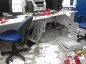 Escola Estadual Virgínio Pereira, em Nova Almeida, na Serra, foi alvo de vandalismo  (Foto: Foto Leitor/ A Gazeta)