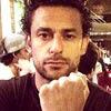 O atacante da seleção Fred faz gesto para apoiar o colega Daniel Alves
