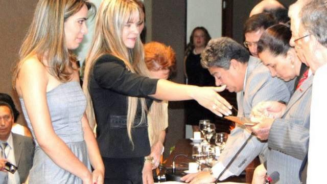 Denise recebendo a carteirinha da OAB/DF