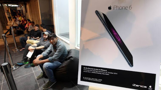 Delhiites queue up at midnight to be the first to buy Apple iPhone 6, iPhone 6 Plus