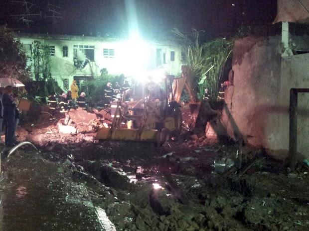 Retroescavadeira auxilia na procura da cabine do avião de Eduardo Campos, que caiu em Santos, SP (Foto: Rodrigo Martins/G1)