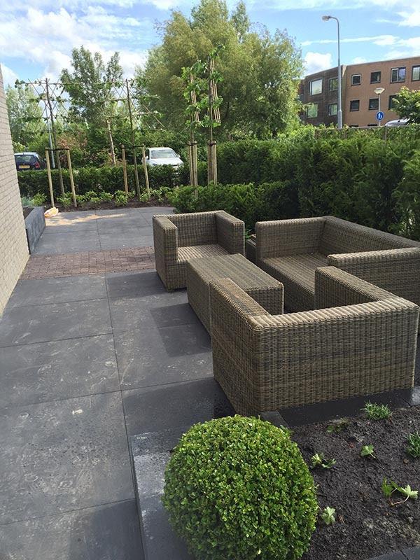 Complete tuin voorzien van tuinmeubulair 5 van 19