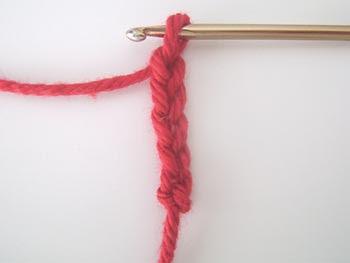 Faça 5 correntinhas de crochê