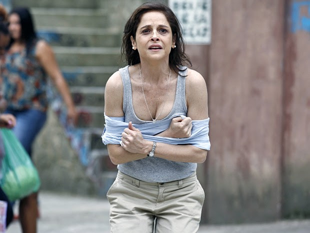 Teatro em Santa teresa: Cora fige ter sido violentada! (Foto: Inácio Moraes / TV Globo)