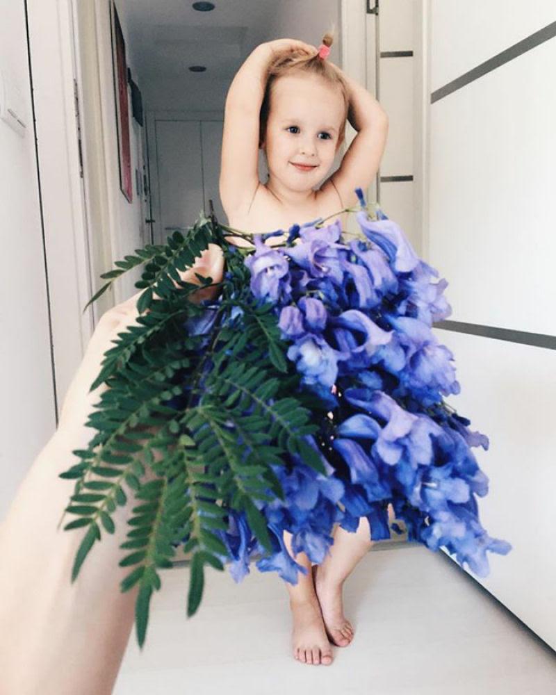 Mãe veste a filha com flores e comida usando a perspectiva forçada e conquista a internet 14