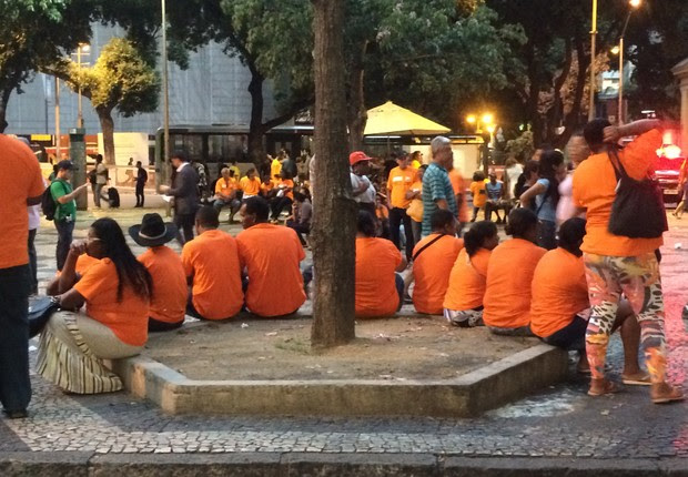 Manifestantes no centro da Cinelândia, no Rio de Janeiro, nos protestos em defesa da Petrobras nesta sexta-feira (13) (Foto: Raphael Gomide/ÉPOCA)