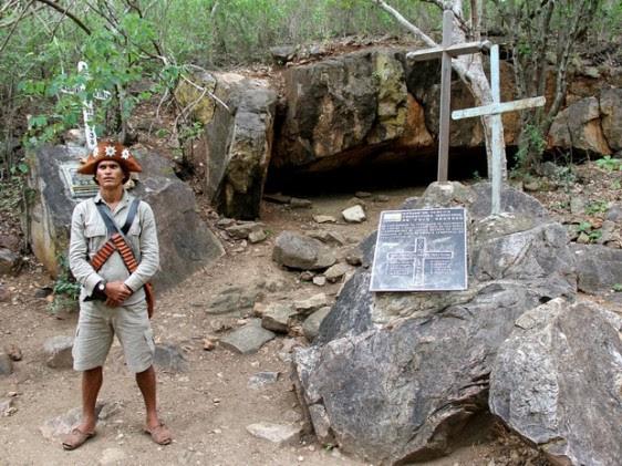 Grota de Angico, local onde o grupo de Lampião foi emboscado, é marcado por uma cruz e placa com o nome dos cangaceiros mortos (Foto: Waldson Costa/G1)