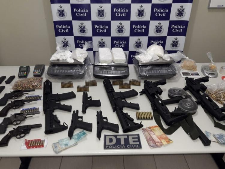 Foram apreendidos fuzis, metralhadoras, pistolas e revólveres, além de drogas - Foto: Divulgação | SSP