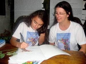 Júlia e Verônica, autoras de livro sobre bullying em Petrópolis (Foto: Divulgação/assessoria de imprensa)