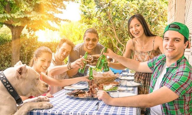 hacer jardinería reúne a amigos y familia en convivencia