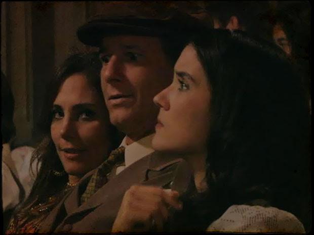 Neusa atrapalha o encontro dos dois no cinema (Foto: Cordel Encantado/Tv Globo)