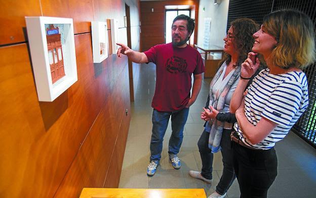 Escenas de papel. Murua, Martínez y Escargot ante una de las obras de ésta. /  F. DE LA HERA