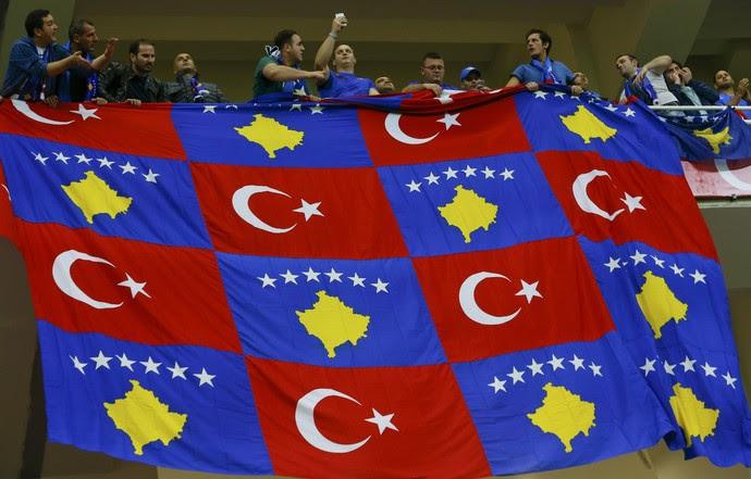 Bandeiras da Turquia e Kosovo unidas no jogo pelas eliminatórias europeias da Copa do Mundo em Antalya (Foto: REUTERS/Murad Sezer)