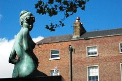 Casa con estatua-House with statue