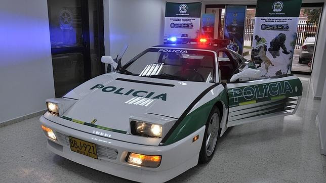 Exhiben el Ferrari de un «narco» colombiano convertido en patrulla policial