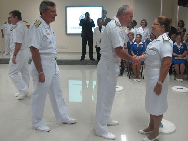 Dalva Mendes recebe os cumprimentos dos oficiais após a cerimônia de promoção (Foto: Janaína Carvalho)