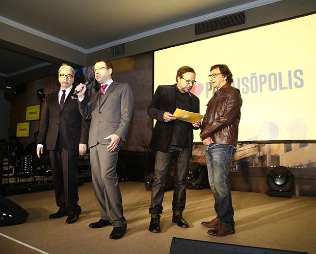Autores Alcides Nogueira e Mario Teixeira apresentam a novela ao lado dos diretores Wolf Maya e Carlos Araújo (Foto: Raphael Dias/Gshow)