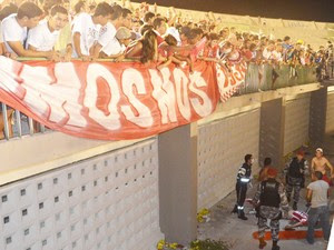Torcedor do Auto Esporte caiu de uma altura de pelo menos três metros durante partida do Paraibano, em João Pessoa (Foto: Hévilla Wanderley / GloboEsporte.com)