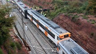 Membres dels equips d'emergències, aquest dimarts al costat del tren descarrilat a Vacarisses (ACN)