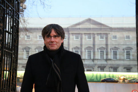 Former Catalan president Carles Puigdemont stands in front of the Oireachtas, the Irish parliament on January 29 2019 (by Natàlia Segura)
