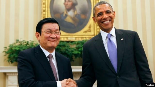 Tổng thống Mỹ Barack Obama bắt tay Chủ tịch nước Việt Nam Trương Tấn Sang tại Phòng Bầu dục của Tòa Bạch Ốc, ngày 25/7/2013.