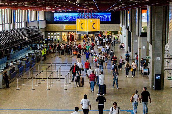 GUARULHOS, SP, 05.02.2016: AEROPORTO-SP - Movimentação de passageiros no Aeroporto Internacional de São Paulo/Guarulhos - Governador André Franco Montoro, na tarde desta sexta-feira (5), em Guarulhos (SP), véspera de feriado de carnaval. (Foto: Gero/Folhapress)