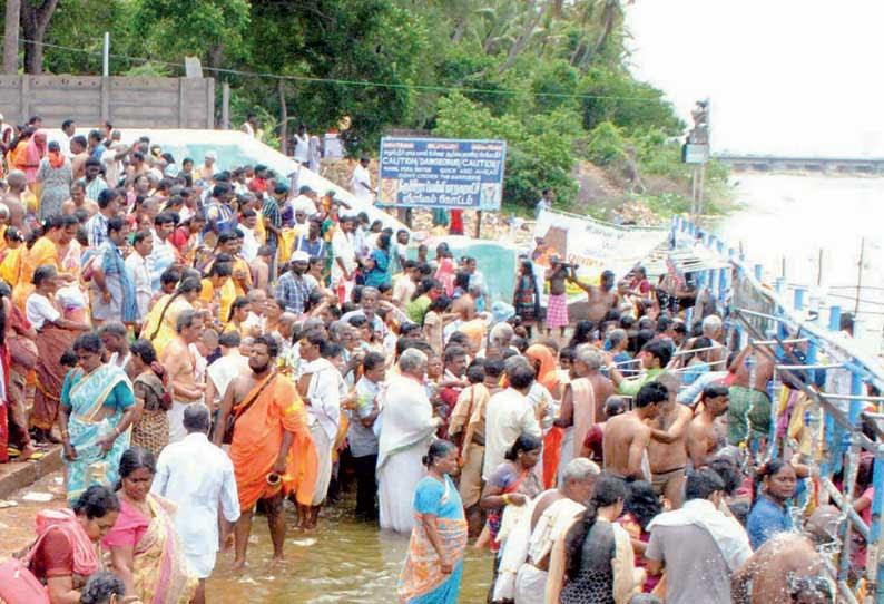 காவிரி மகா புஷ்கர விழா: ஸ்ரீரங்கத்தில் 5–வது நாளாக பக்தர்கள் புனித நீராடினர்