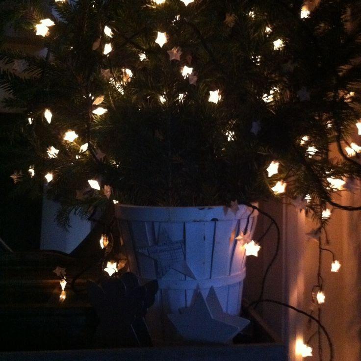 Récupérer les branches des sapins .. ( chez votre marchand sapin) Pour en faire une déco pour xmas  Dans un pot en bois blanc de chez ikea .. Rajoutez une guirlande étoiles ,  Un touch minimaliste pour mon hall