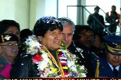 El jefe de Estado de Bolivia, Evo Morales, recibió honores militares en el Aeropuerto Internacional de El Alto