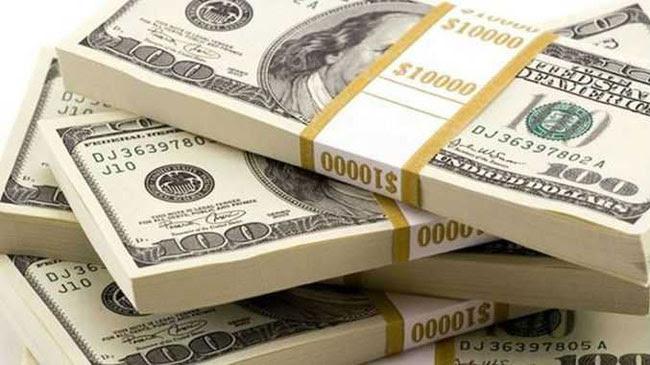Dólar sobe e volta a fechar acima de R$ 4,00