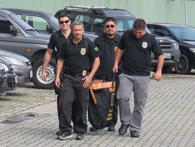 Agentes da Polícia Federal em São Paulo, durante busca e apreensão na Operação Zelotes