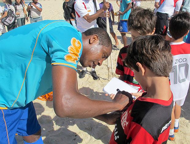 Renato autógrafo praia Flamengo (Foto: Janir Júnior / Globoesporte.com)