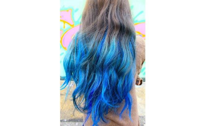 Um azul bem forte em boa parte do cabelo é um visual ousado
