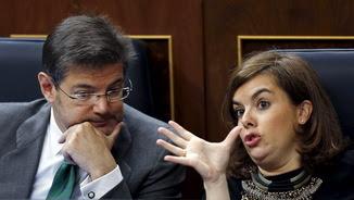 Rafael Catalá escoltant la vicepresidenta del govern espanyol al Congrés dels Diputats (Reuters)
