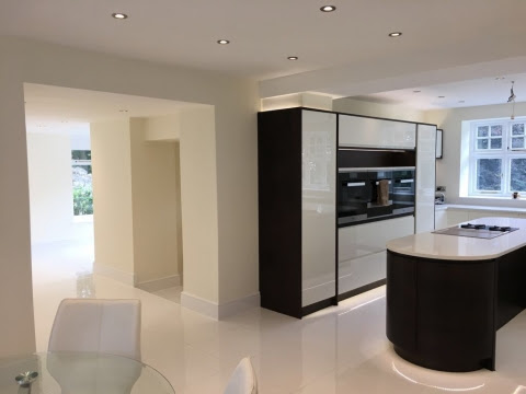 Contemporary Handleless Kitchen in White & Walnut | Bespoke Kitchens