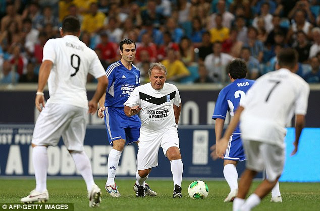 Little magicians: Zico takes on Deco with Ronaldo watching on