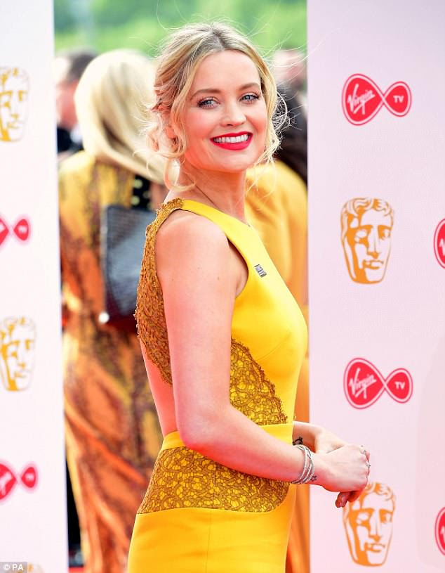 Determinado: a apresentadora de televisão irlandesa Laura Whitmore anexou o logo da Time's Up em seu vestido amarelo sol