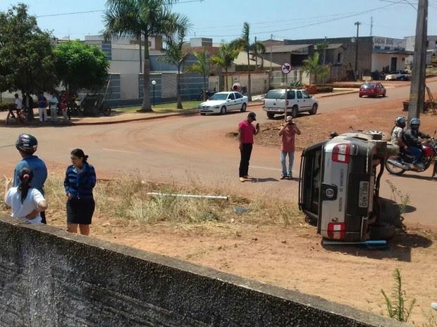Carro tombou após ser atingido por caminhão que trafegava na contramão (Foto: Kleyton Santos/Arquivo Pessoal)