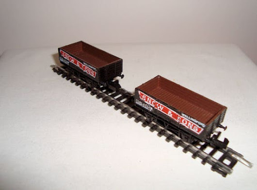 Two Vintage Graham Farish Grafar N-Gauge Plank Wagons Snow &