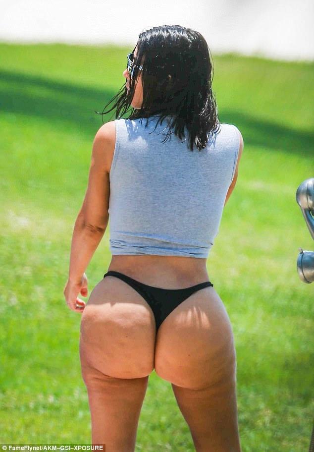 'Perspective is ab ****': Defiant Kim Kardashian prometeu trabalhar em 'melhor iluminação e ângulos' como ela bateu os oponentes em tweet de boca suja em meio ao furor bikini não-airbrushed