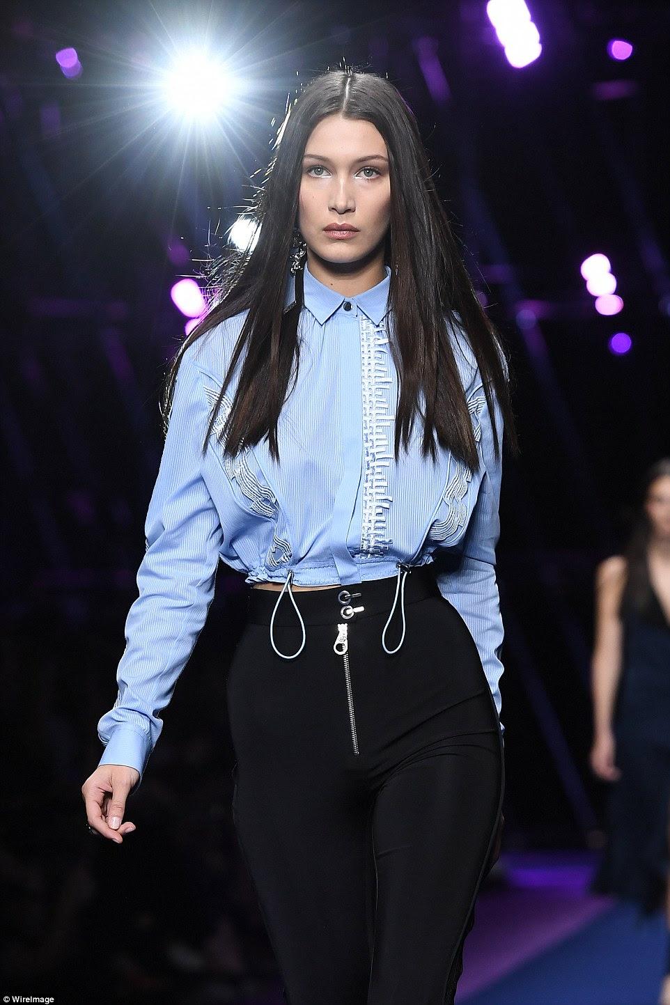 Sentindo shirty: Bella, 19, também virou cabeças em uma camisa azul esvoaçante que contou com enfeite creme crochet