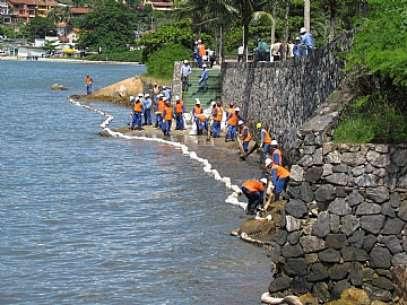 Trabalhos de contenção realizados nas praias da região central da cidade na manhã desábado Foto: Prefeitura de São Sebastião / Divulgação