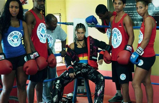 Adriana Lima na edição 456 da Vogue Brasil com chinelos Adidas (R$ 140) (Foto: Greg Kadel/Arquivo Vogue)