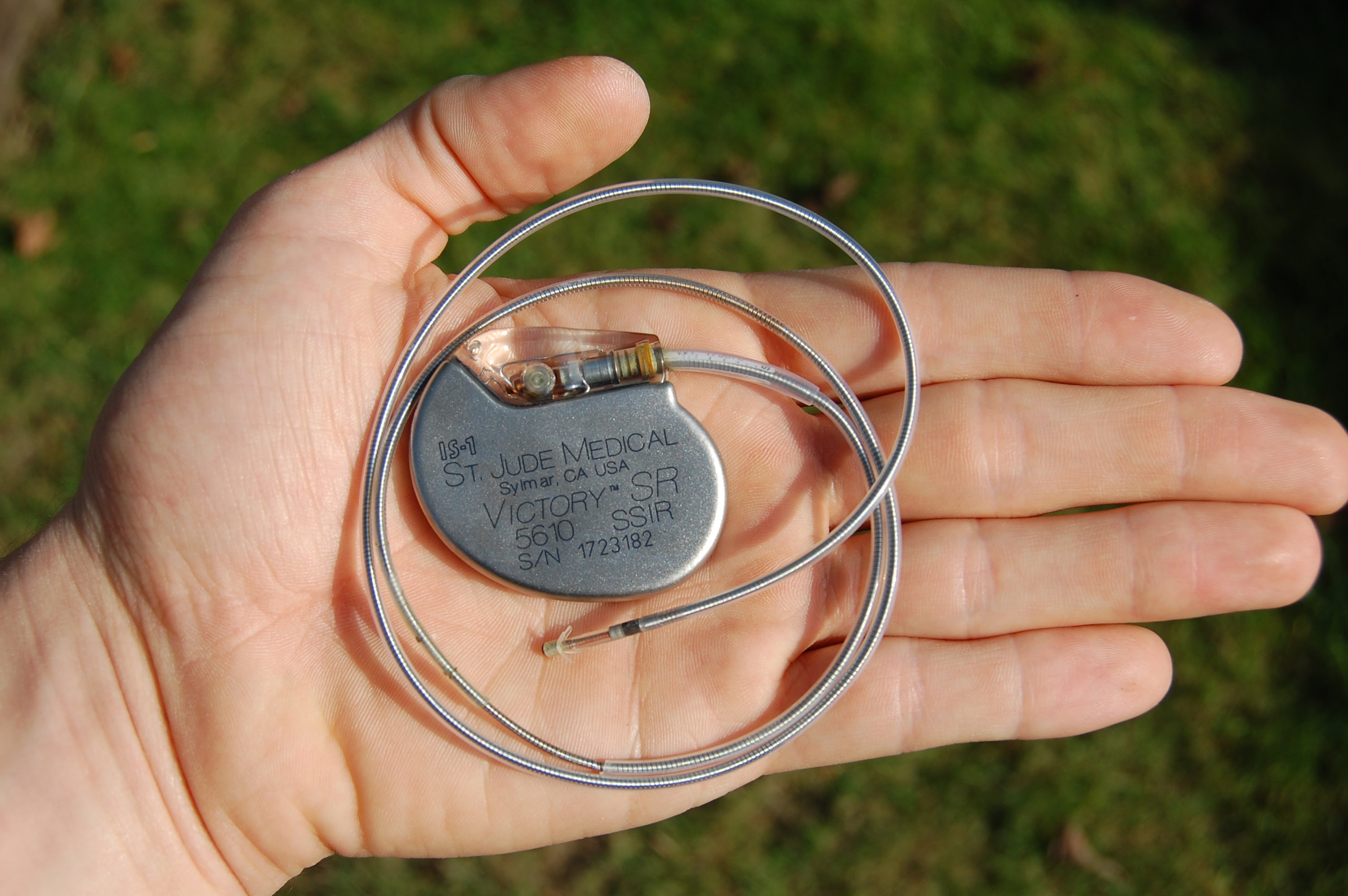 http://upload.wikimedia.org/wikipedia/commons/8/82/St_Jude_Medical_pacemaker_in_hand.jpg