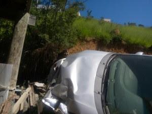 Carro desceu barranco e atingiu casa (Foto: Divulgação/PM)