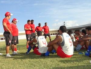 Gilberto Gaúcho conversa com jogadores do Potiguar de Mossoró (Foto: Divulgação/Potiguar de Mossoró)