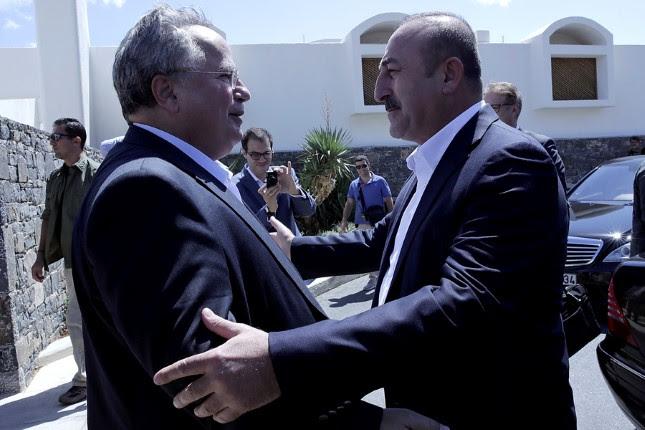 Ο υπουργός Εξωτερικών, Νίκος Κοτζιάς (Α), υποδέχεται τον Τούρκο ομόλογό του, Μεβλούτ Τσαβούσογλου (Δ) στην ανεπίσημη συνάντηση που είχαν στην Κρήτη, Κυριακή 28 Αυγούστου 2016. Ο υπουργός Εξωτερικών Νίκος Κοτζιάς είχε προ μηνών απευθύνει πρόσκληση στον  Μεβλούτ Τσαβούσογλο να επισκεφθεί την Κρήτη. ΑΠΕ-ΜΠΕ/ΑΠΕ-ΜΠΕ/STR