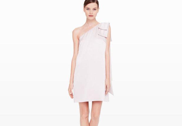 يُعتبر الفستان ذو الكتف الواحد من أكثر صيحات الموضة الرائجة على مدار الأعوام وصولاً إلى 2015، ويُمكن ارتدائه كفستان كوكتيل شتوى أو فستان صيفى للمصيف.